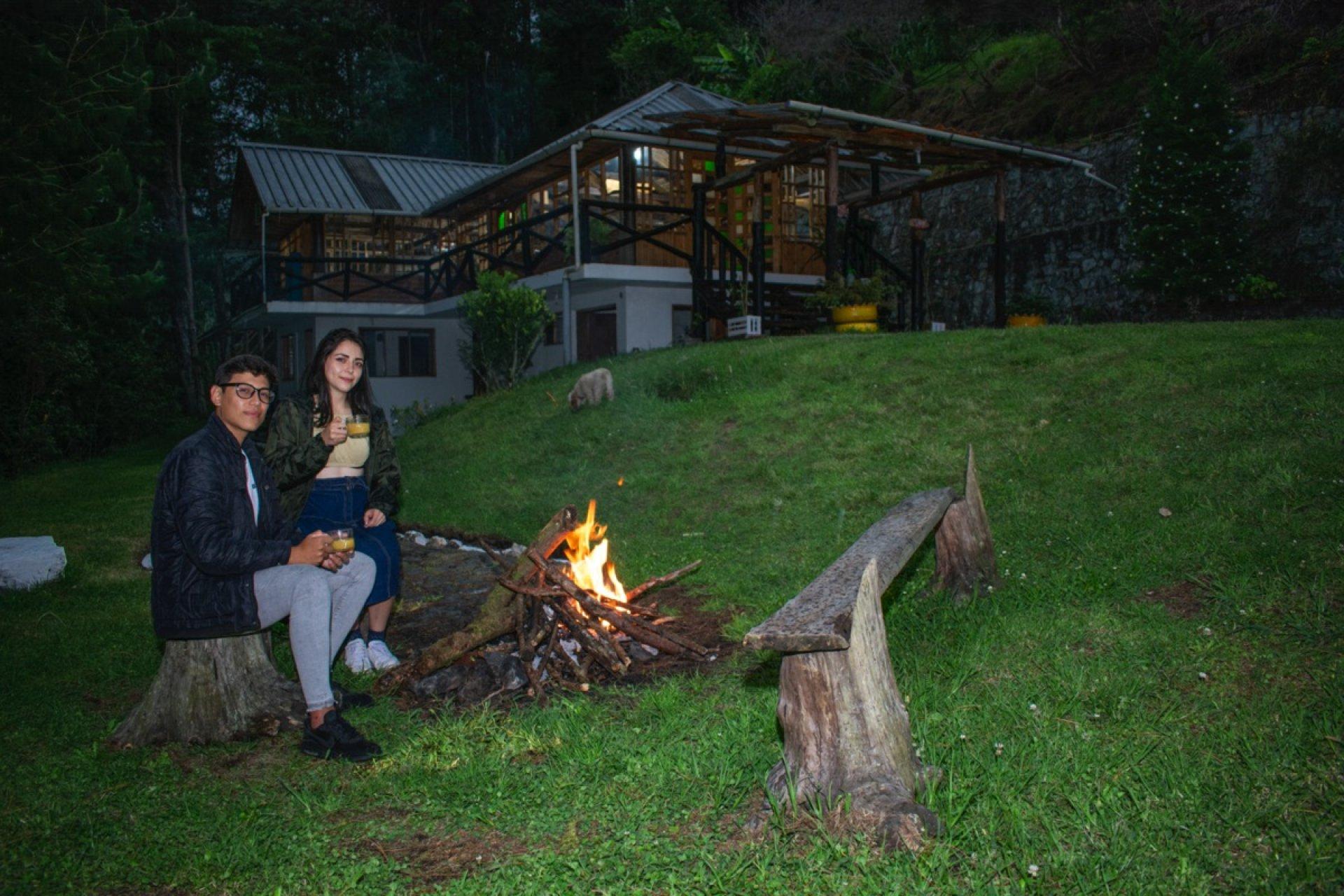 Cabañas frente al volcán Tungurahua